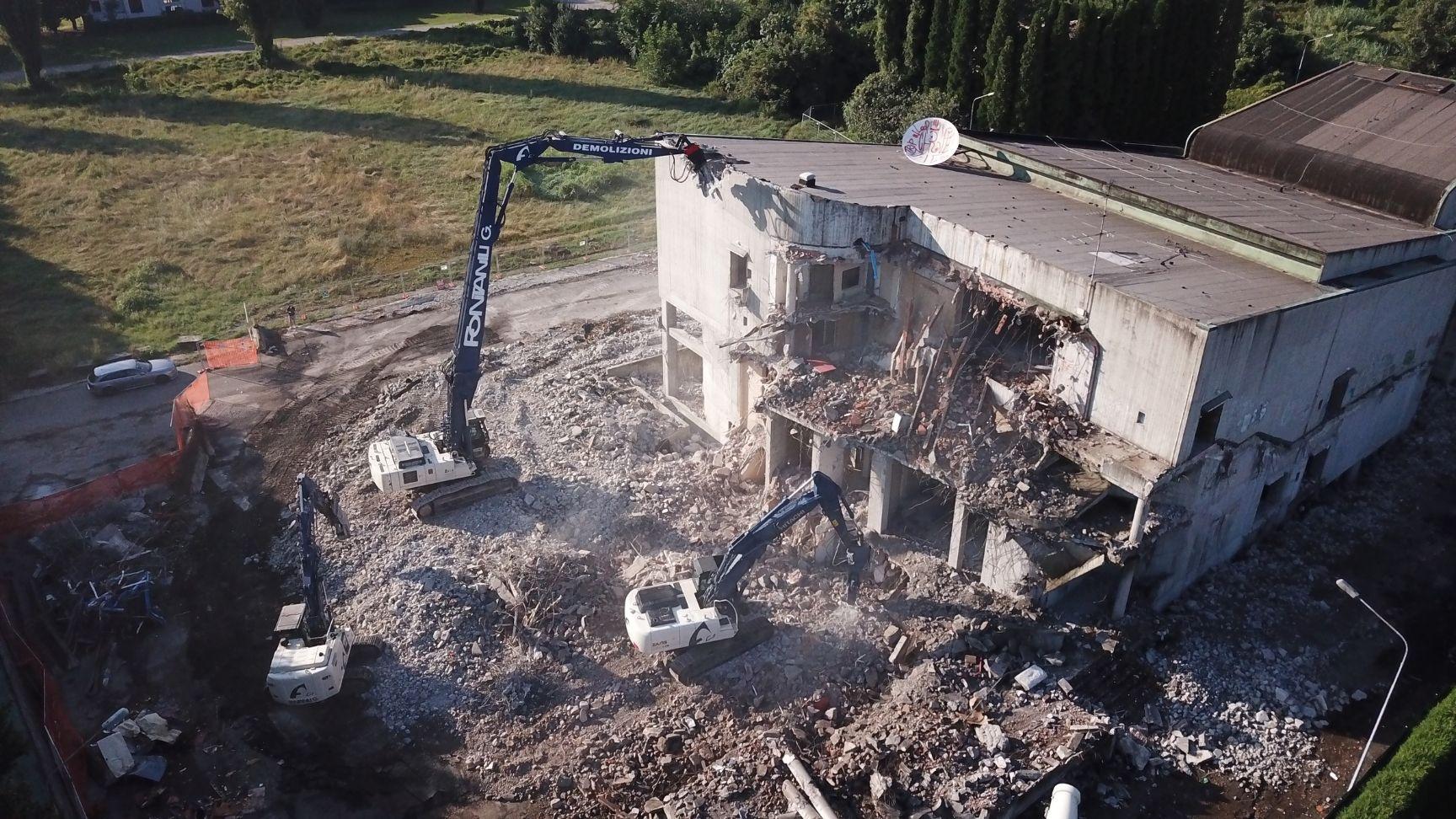 escavatori al lavoro nella demolizione della discoteca goya di sassuolo